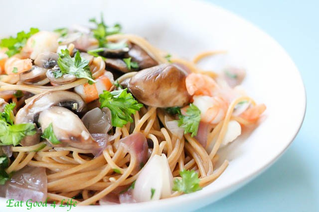 Linguine with shrimp and baby portobello in white wine sauce: Eatgood4life.com