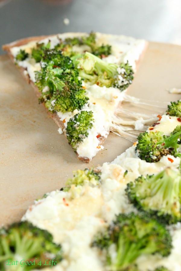 white-cheese-broccoli-pizza